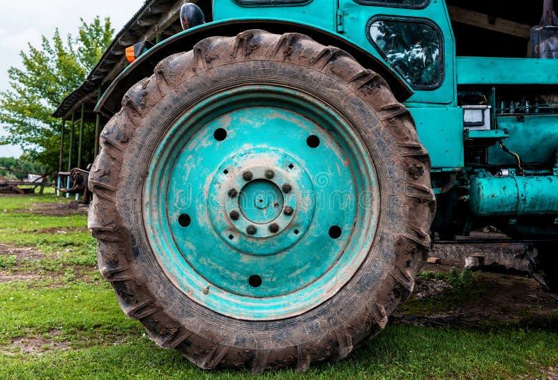 Tracteur sur le champ cultivant et préparant les terres arables pour la saison suivante Concept d'agronomie photos libres de droits