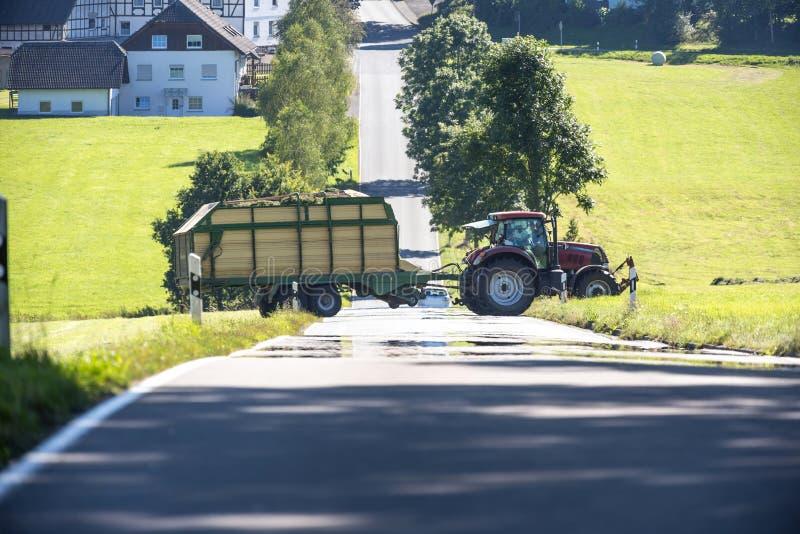 Download Tracteur Traversant Une Route De Campagne Image stock - Image du industrie, extérieur: 76083073