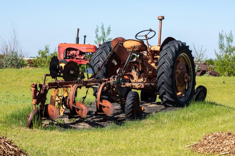 Tracteur vieux et d'histoire dans un domaine photographie stock libre de droits