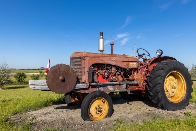 Tracteur vieux et d'histoire dans un domaine photographie stock