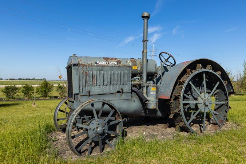 Tracteur vieux et d'histoire dans un domaine photo stock