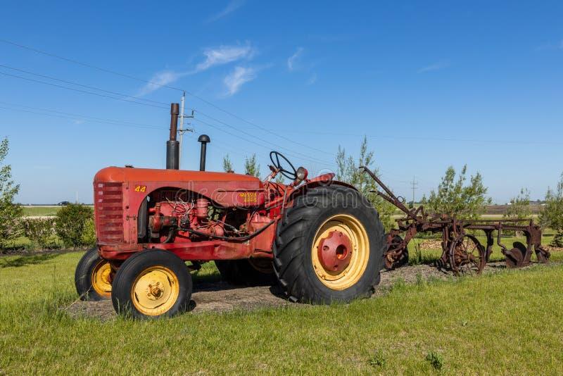 Tracteur vieux et d'histoire dans un domaine image libre de droits