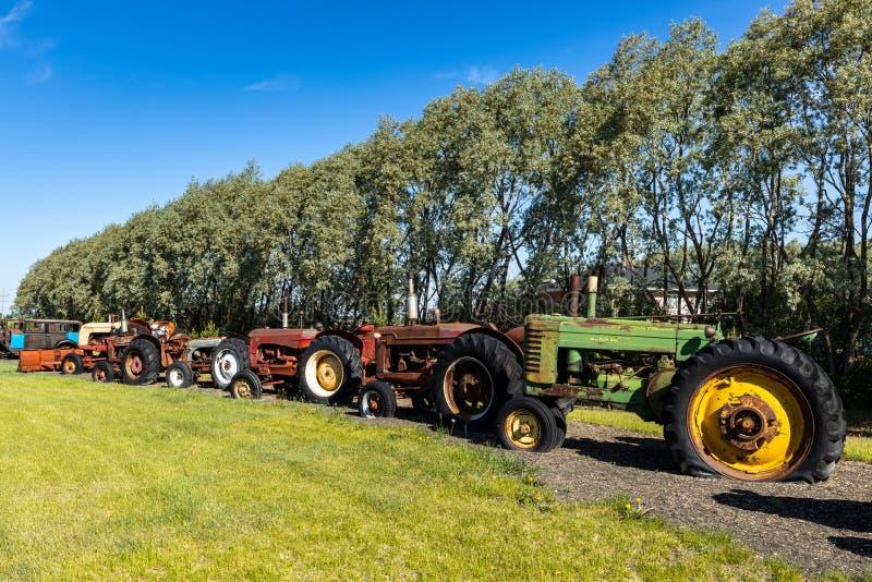 Tracteur vieux et d'histoire dans un domaine image stock