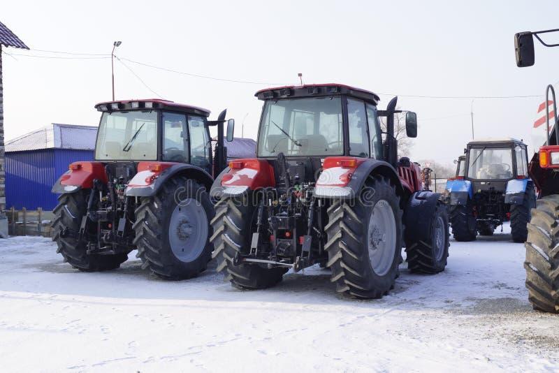 Tracteurs agricoles dans le stockage d'hiver images stock