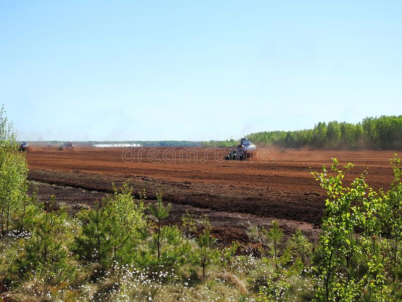 Tracteurs dans le domaine de gazon, Lithuanie photographie stock