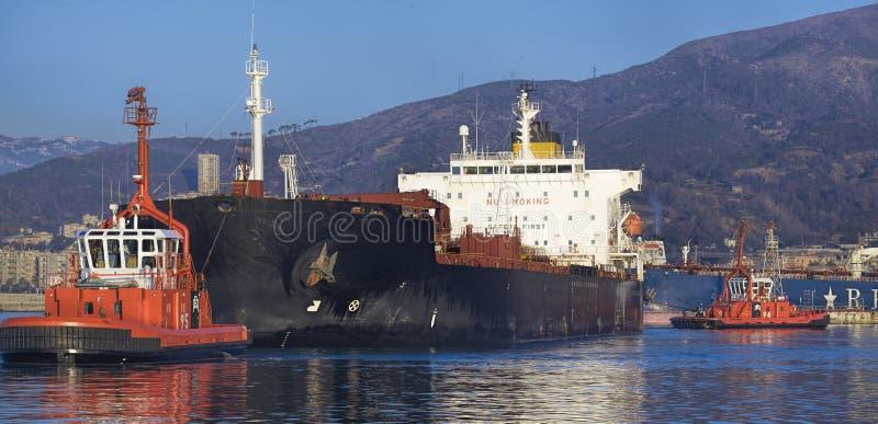 Traction subite au travail dans le port de Gênes, Italie image libre de droits