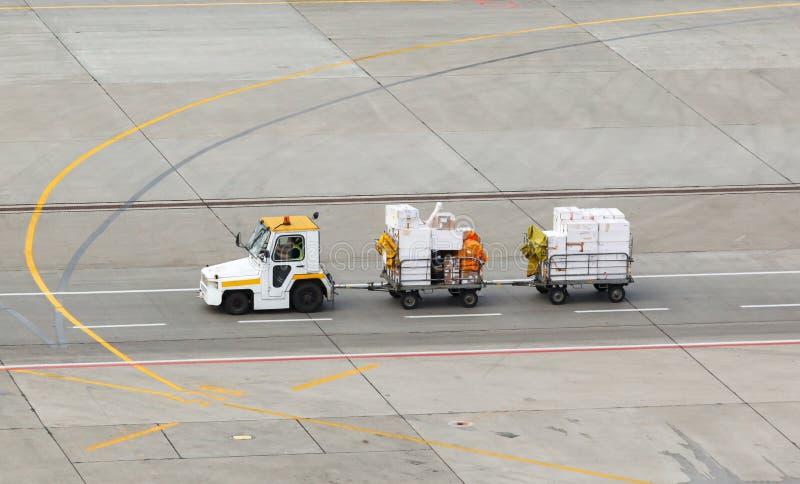 Traction subite et bagage sur l'aéroport photos stock