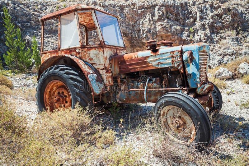 Tractor aherrumbrado abandonado viejo foto de archivo