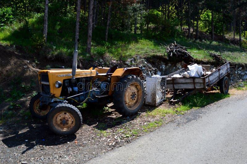 tractor amarillo con un remolque imagenes de archivo