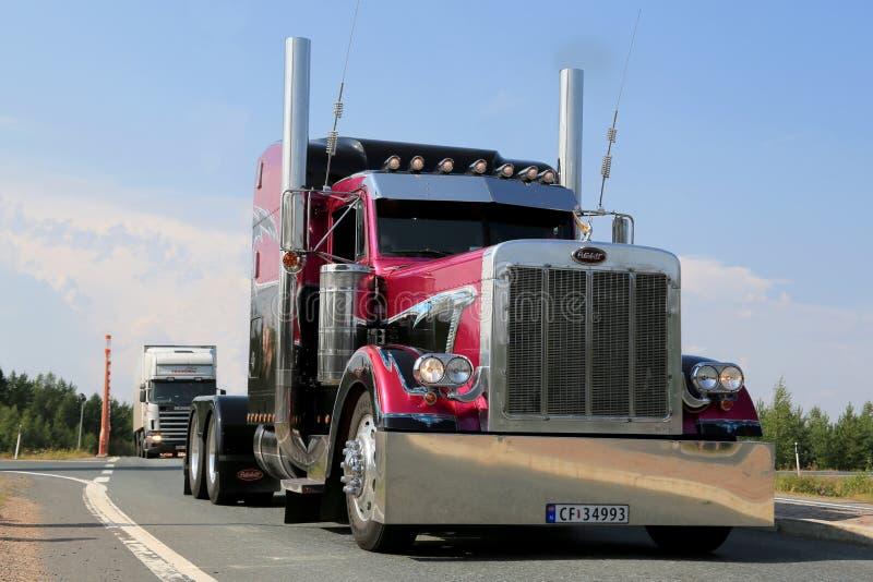 Tractor americano Peterbilt 379 del camión de la demostración imagenes de archivo