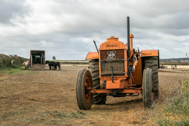 Tractor anaranjado viejo del fordson del vintage fotos de archivo libres de regalías