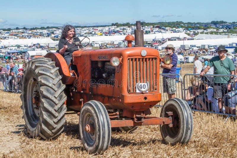 Tractor anaranjado viejo del ordenar en la demostración imagen de archivo libre de regalías