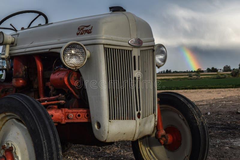 Tractor antiguo después de la tormenta de la lluvia imágenes de archivo libres de regalías