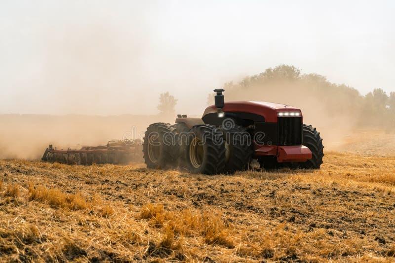 Tractor autónomo en el campo foto de archivo