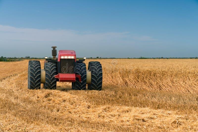 Tractor autónomo en el campo fotos de archivo libres de regalías