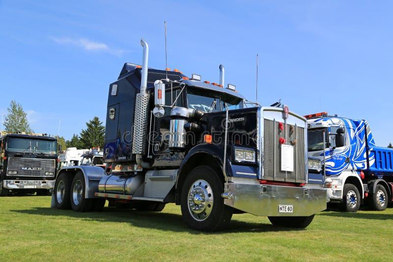 Tractor azul marino del camión de Kenworth W900 imágenes de archivo libres de regalías