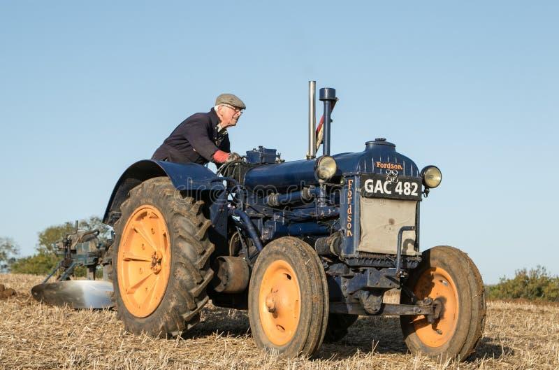 Tractor azul viejo del fordson del vintage fotos de archivo