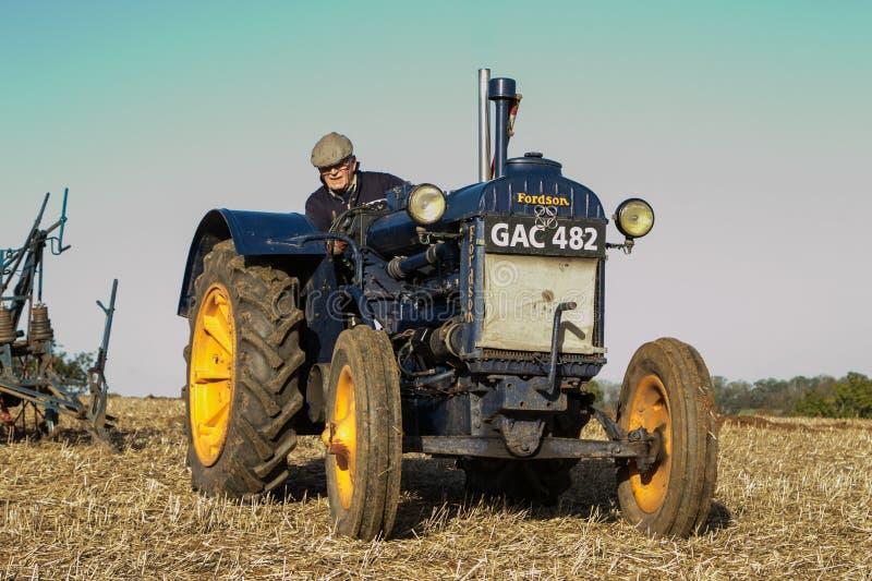 Tractor azul viejo del fordson del vintage imagenes de archivo