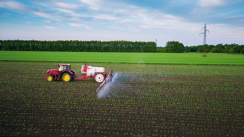 Tractor bespuitend gebied bij de lente royalty-vrije stock fotografie
