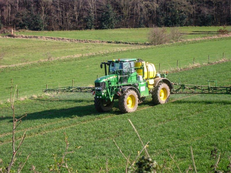 Tractor bespuitend gebied royalty-vrije stock fotografie