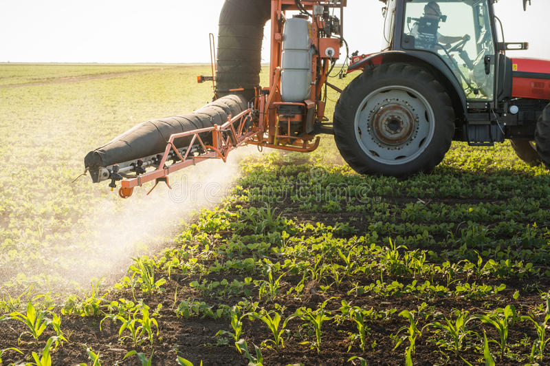 Tractor bespuitende pesticiden royalty-vrije stock fotografie