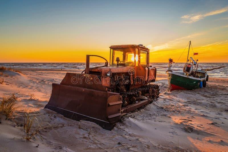 Tractor bij zonsondergang royalty-vrije stock fotografie