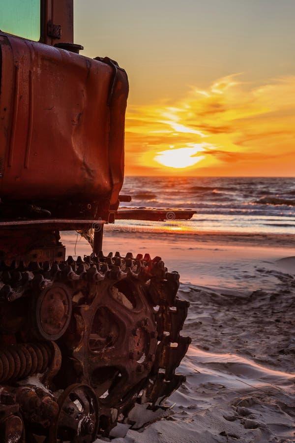 Tractor bij zonsondergang stock afbeelding