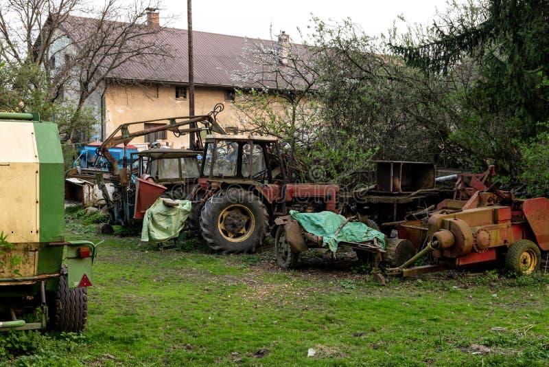 Tractor checo rojo muy viejo con una rueda posterior grande imagenes de archivo