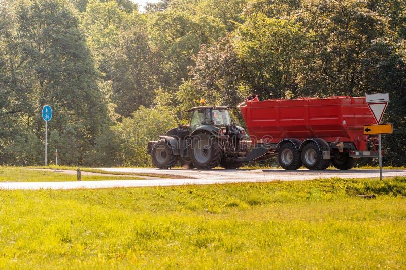 Tractor con el carro del cargador foto de archivo libre de regalías