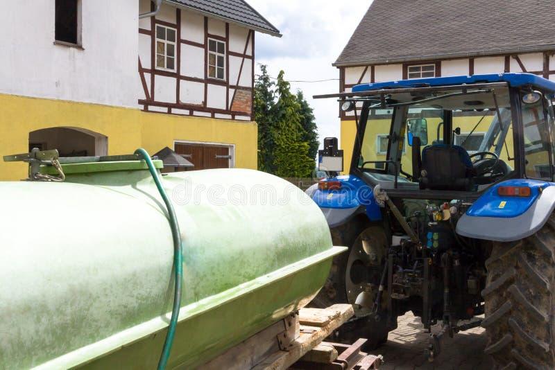 Tractor con el remolque en una granja imagen de archivo