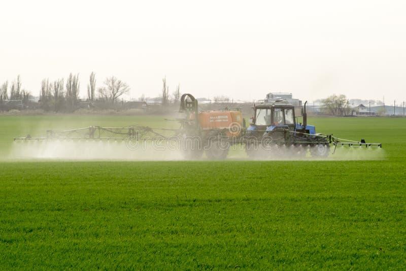Tractor con un dispositivo del espray para el fertilizante finalmente disperso fotografía de archivo
