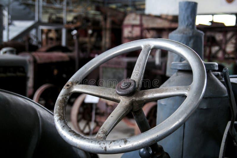 Tractor de granja viejo del volante fotos de archivo