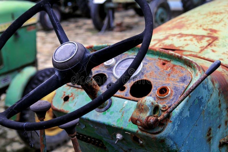 Tractor de granja viejo del volante imagenes de archivo