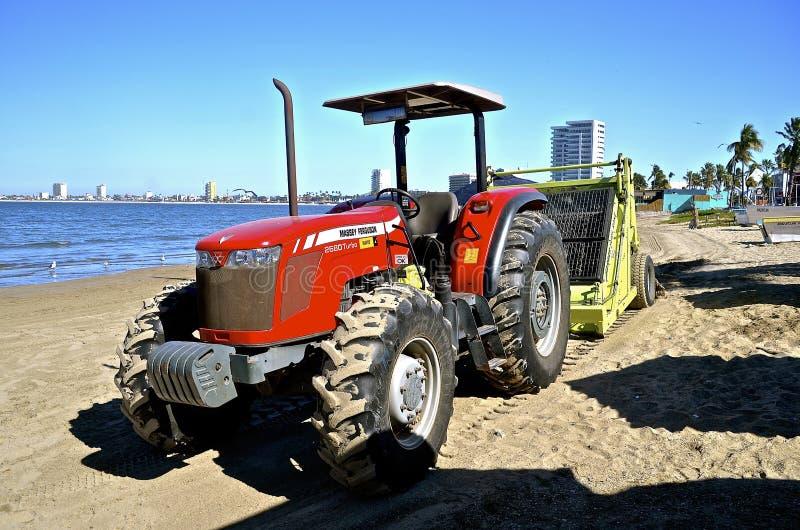 Tractor de Massey Ferguson en la playa imagenes de archivo