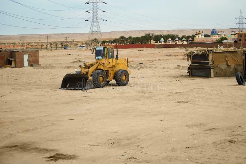 Tractor in de woestijn stock afbeelding
