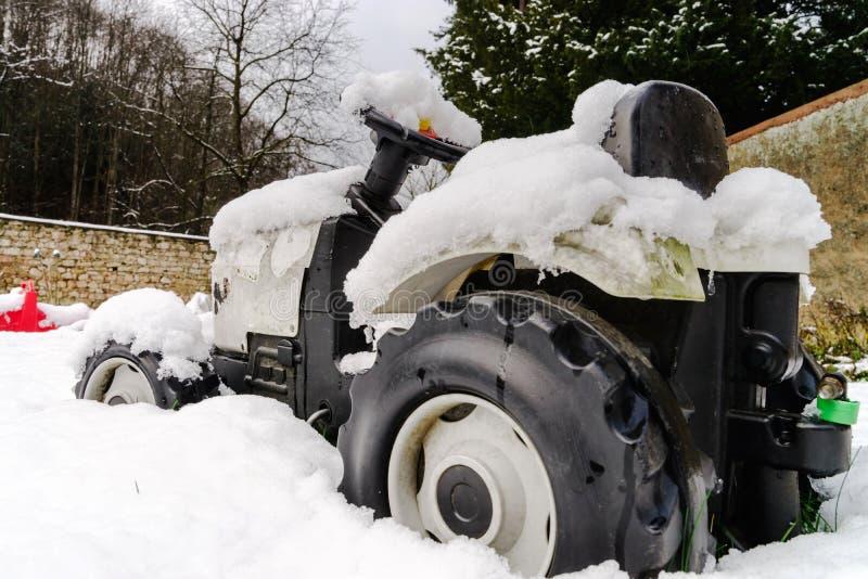 Tractor del juguete de los niños sobre la nieve imágenes de archivo libres de regalías