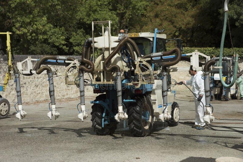 Tractor del Straddle con el equipo de rociadura fotos de archivo libres de regalías