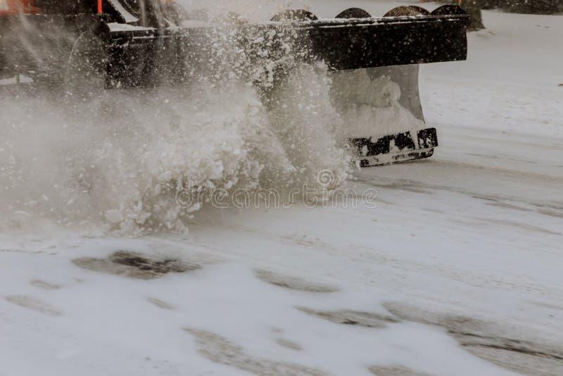 Tractor die de weg van de sneeuw schoonmaken Het graafwerktuig maakt de straten van hopen van sneeuw in stad schoon stock foto's