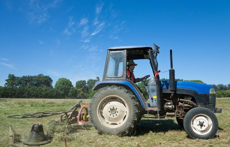 Tractor die groen gebied maait stock foto's