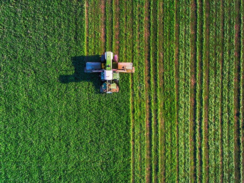 Tractor die groen gebied maait royalty-vrije stock afbeelding