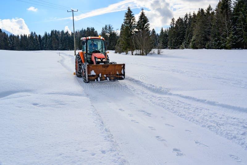 Tractor die helling op zonnige de winterdag voorbereiden, Duitsland royalty-vrije stock foto's