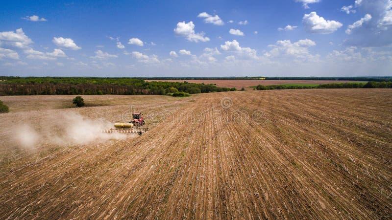 Tractor die land voor het zaaien van zestien rijenantenne voorbereiden, concept cultuur, het zaaien, ploegend gebied, tractor en  royalty-vrije stock foto's