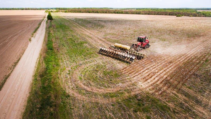 Tractor die land voor het zaaien van zestien rijenantenne voorbereiden, concept cultuur, het zaaien, ploegend gebied, tractor en  stock afbeelding