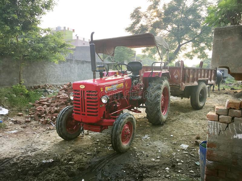 Tractor in dorp stock foto