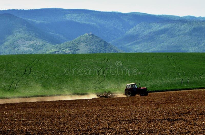 Tractor en campo imagenes de archivo