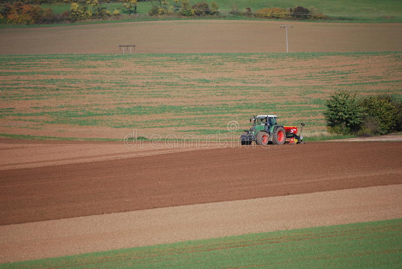 Tractor en campo fotografía de archivo