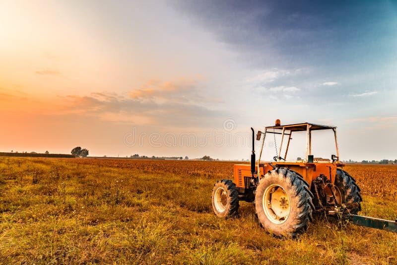 tractor en geoogst land stock foto's