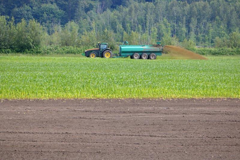 Tractor en Vloeibare Mest het Uitspreiden Machines stock afbeeldingen