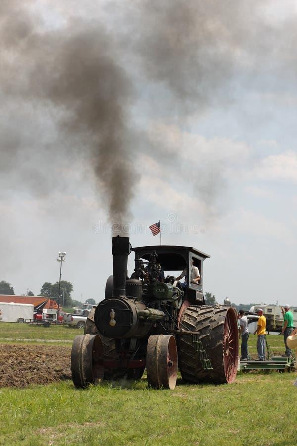 Tractor het Bewerken Land stock afbeelding