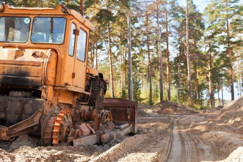 Tractor in het bos royalty-vrije stock afbeeldingen